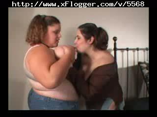 Milzīgs vientiesis lielas skaistas sievietes lesbietes