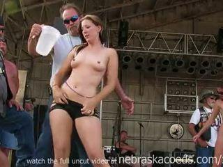 Napakaganda bayker chicks getting fully hubo't hubad sa iowa pamamasa tshirt paligsahan