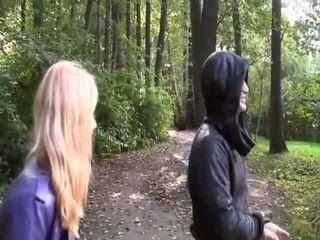 Blondīne hawt gal kails uz park