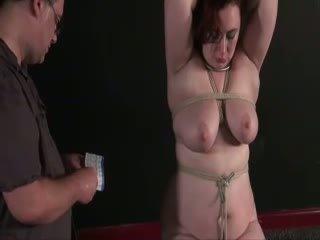 Amateur naald marteling van rondborstig english slaveslut