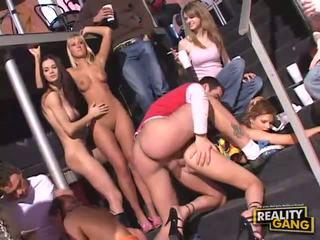 Pijane nastolatka seks orgia z robienie loda i cipka flashing i pieprzenie ciężko