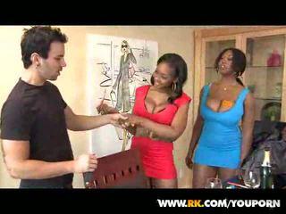 lielas krūtis, melnkoks, trijatā