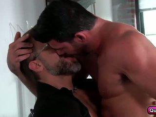 Homo koppel, liefde making in de zitbank.