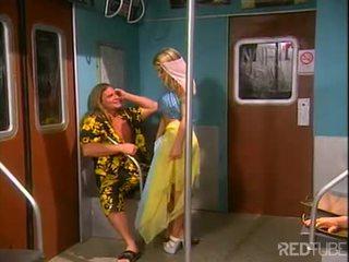 Seksualu šviesiaplaukis dancer nailed į traukinys