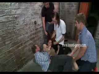 Brūns haired un padevīgas lelle gets brutally handled līdz a bunch no uzbudinātas men