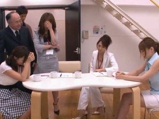 Japonais av modèle taking pocket rocket