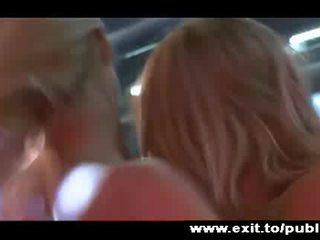 Passioneel lesbisch joy in publiek 2 blondes video-