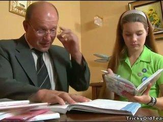 Cachonda profesora seducing adolescente