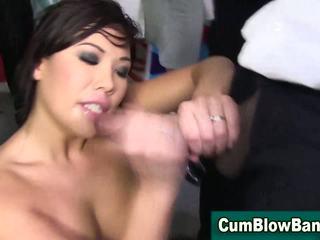 Asiática puta bukakke covered com negra ejaculações