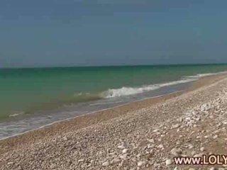 Blondine naturalist naakt op de strand