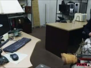Customers sieva fucked līdz perv pawnkeeper uz the slepenā istaba