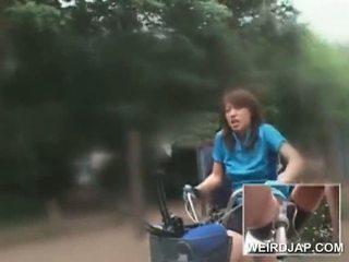 Azjatyckie nastolatka sweeties ujeżdżanie bikes z dildos w ich cunts