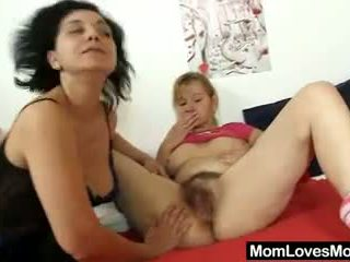 Two dāmas tantalise strap par plastmasas dzimumloceklis