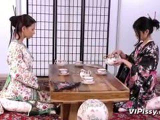 Potrebni geisha sluts spray vsak drugi s warm piss in uporaba