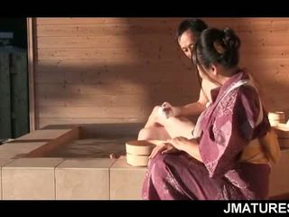 Äldre japanska pinn i mood för en fin slick geisha fittor