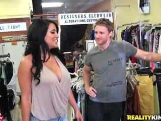 Σέξι και με πλούσιο στήθος belle kiara καβάλημα ένα pecker