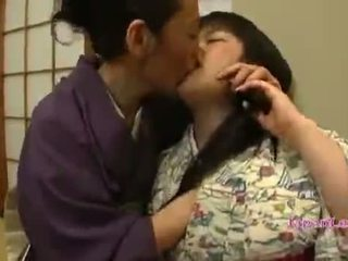 Asiatique ado en kimono gets son seins licked