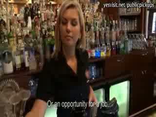Sportif kızlar bira barmaid payed için seçki pounding içinde the bar