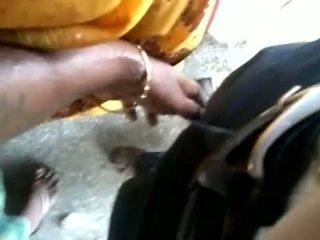 Indieši vīrietis izgatavošana aunty līdz pieskarties dzimumloceklis uz publisks qu
