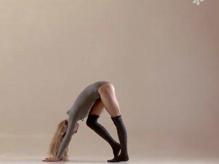 Peluda jovem grávida mochalkina shows outstanding flexibility