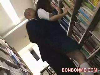 תלמידת בית ספר מזוין על ידי ספרייה saytr ו - gives גדול מציצות