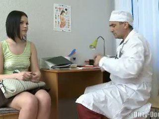 Gynecologist spreads tieners benen in stoel