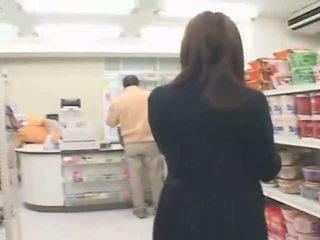 Bystiga japanska hitomi tanaka has kön i den butik