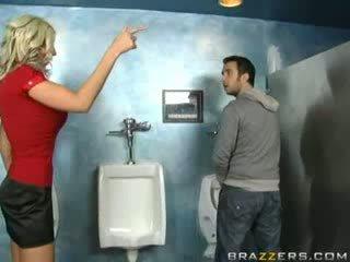 П'яна матуся sucks в туалет!