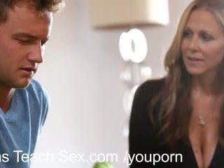 Ado couple gets sexe lessons à partir de chaud mère