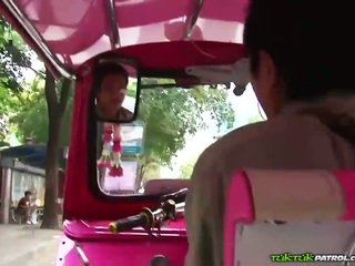Terangsang thailand bahwa loves untuk bermain dengan kontol!