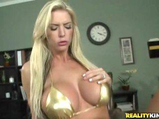 Rondborstig blondine baas