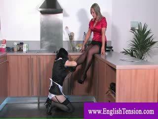 Γυναίκα κυρίαρχος footworshipping με γυναικωτός