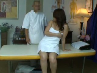Joven esposa reluctant orgasmo durante salud masaje