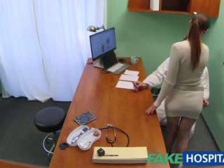 Fakehospital doktorn gets sexig patients fittor våt