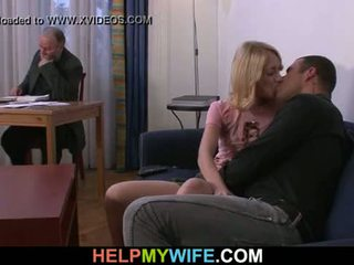 Oud man pays hem naar neuken zijn jong vrouw