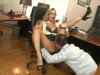 Sekretāre fucked: bezmaksas liels krūtis porno video d1