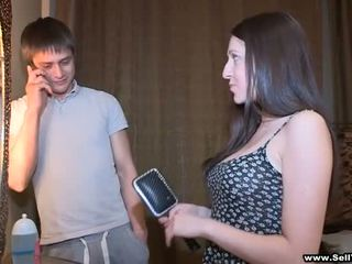 הוא asks שלה ל מופע כמה