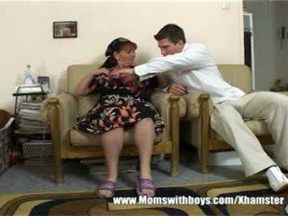 Maturidad babae rewards lalaki para paglilinis