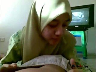 Hijab έφηβος/η τσιμπουκώνοντας μπάλες