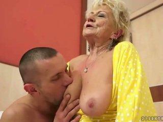 Krūtinga senelė gets jos plaukuotas putė pakliuvom