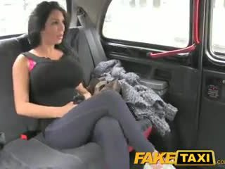 Faketaxi מופע נערה עם גדול פטמות fucks ל מזומנים