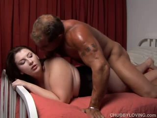 Mooi plompe enjoys een sticky facial cumshot