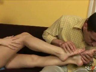 Kön känsla: sexig lulu loves strocking kuk med henne fötter
