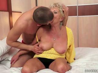 Jauns vīrietis fucks karstās krūtainas vecmāte