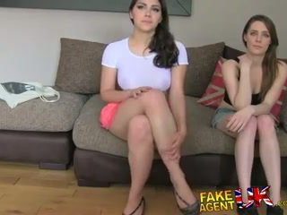 Fakeagentuk two κορίτσια ευτυχισμένος να γαμώ αυτόν για ένα πορνό δουλειά lezzing επάνω και πρωκτικό